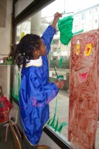 enfant peignant la vitre