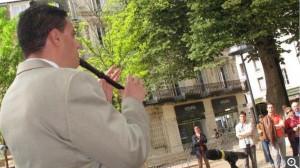 Mathieu a joué l'hymne européen sur la place de la République, hier matin. - dr