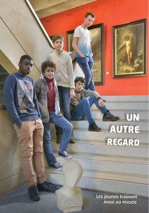 Les jeunes traînent aussi au musée.